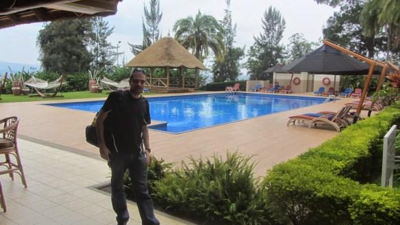 No filme, os refugiados beberam água dessa piscina. Na vida real, eles tiveram que pagar até por essa água.