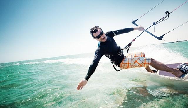 kitesurfer op het water met zonnebril op