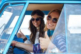 Pearle - lachende meisjes in auto met zonnebril