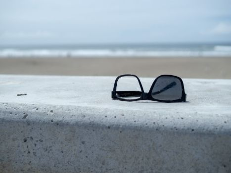 Kapotte zonnebril op het strand