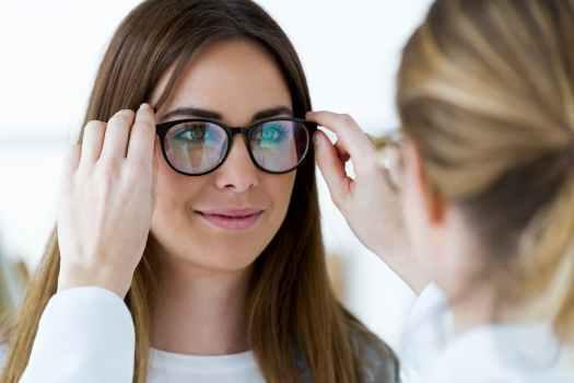 Vrouw bij oogmeting van een opticien
