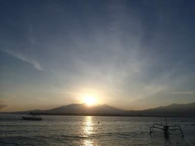 Sonnenaufgang früh morgens hinter Mount Rinjani