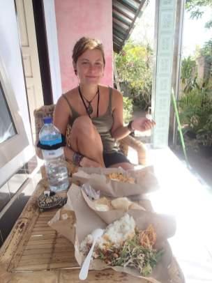 Nasi Campur mit Roxanne auf unserer Terrasse