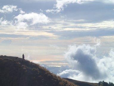 Einsame Gestalt am Berg