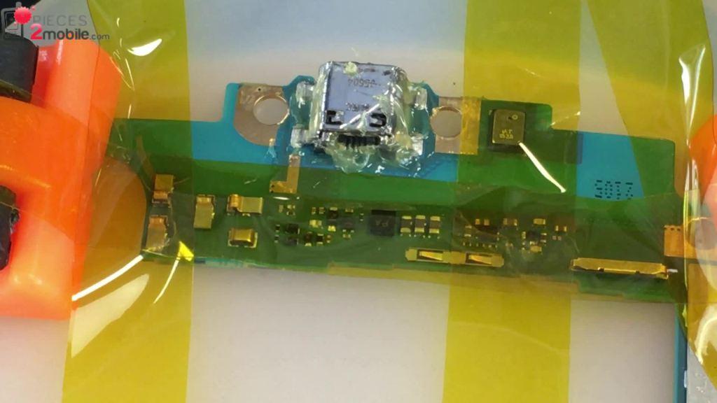 changer le connecteur de charge soudé sur la carte mère en mettant du flux de soudure