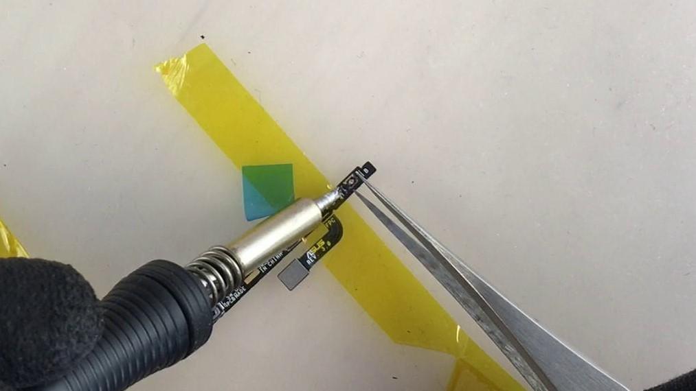 Réparer le bouton volume en enlevant le bouton directement sur la nappe volume