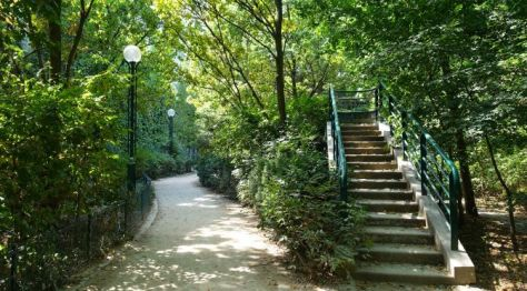 Paris park narrow walkway