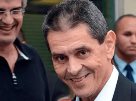 Roberto Jefferson sorrindo recebe aposentadoria