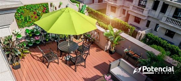 Apartamento com espaço ao ar livre, cadeiras, plantas e churrasqueira