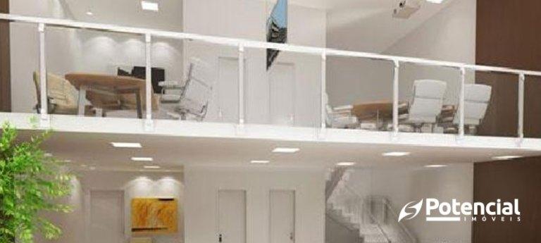 Imagem de escritório com seu mezanino em cor branca destacado. Nele, é possível ver duas mesas de reunião rodeadas por cadeiras