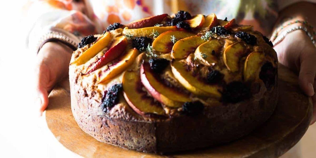 Torta brioche all'olio extravergine di oliva con pesche e more