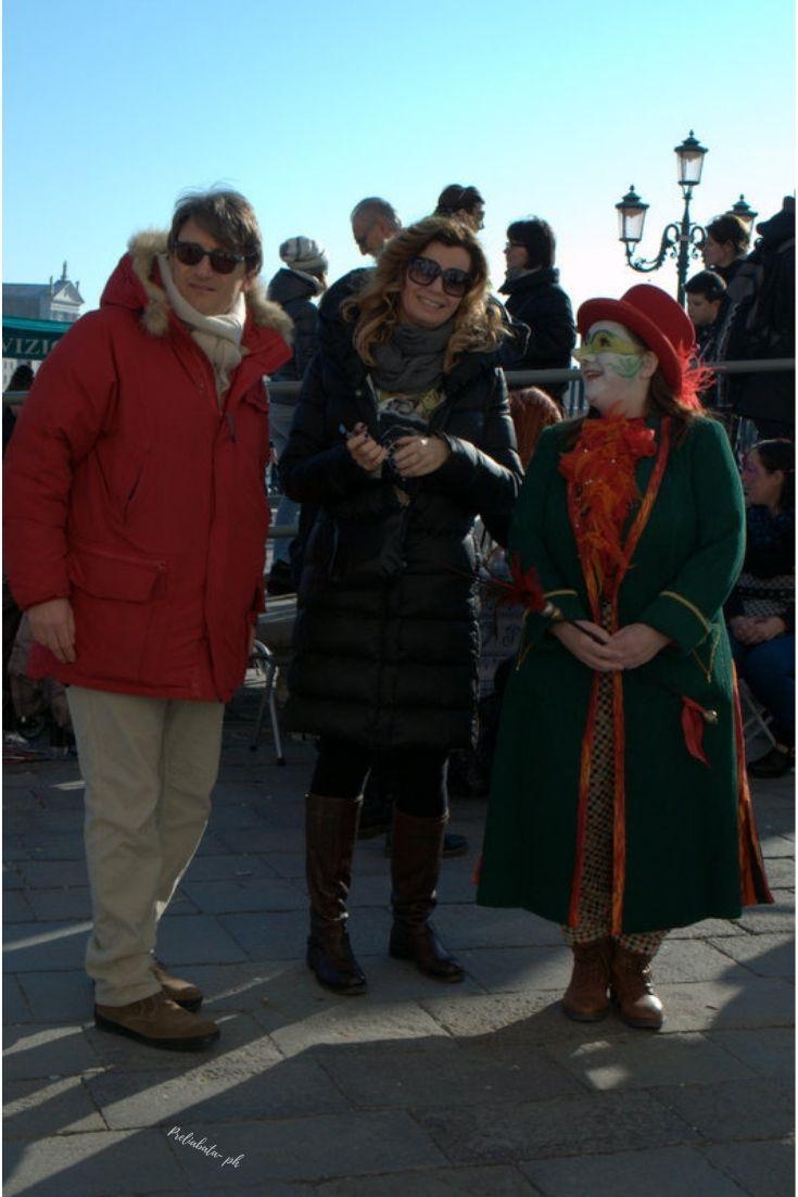 tre persone una di queste vestita in maschera a Venezia