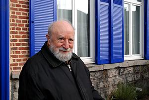 Michel Butor devant sa maison natale