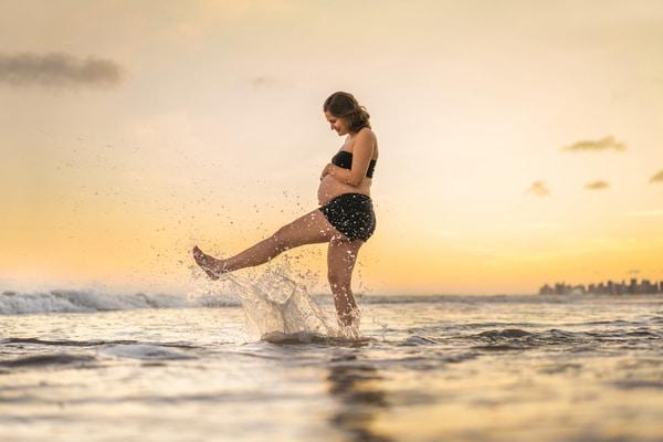 Embarazada disfrutando en la playa