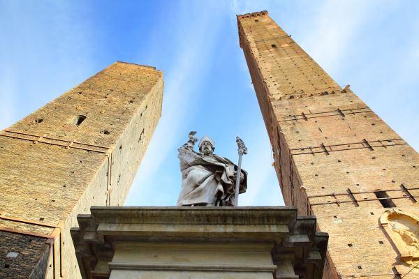 Estatua frente a torres de Bolonia