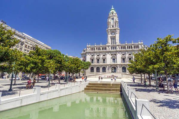 Plaza con el Ayuntamiento de Oporto
