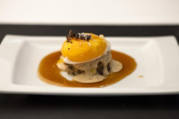 Huevo sobre bizcocho de boletus y trufa, restaurante Eslava