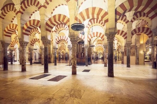 Columnas y arcadas bicolores, Mezquita de Córdoba