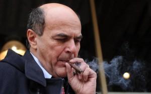 Pier Luigi Bersani, ex segretario del Pd, con l'immancabile sigaro.