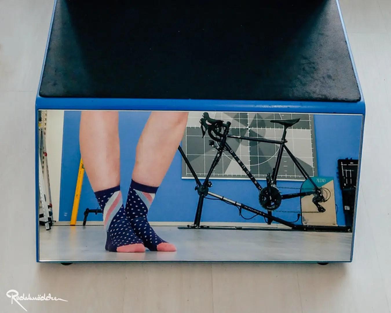 spiegel mit blikc auf Rad und Beine