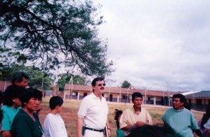 Visitando los terrenos de una escuela donde se construyó un huerto escolar, con dirigentes escolares y barriales.