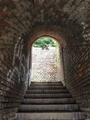 Tunnel mit Ziegelmauern und Stiegen
