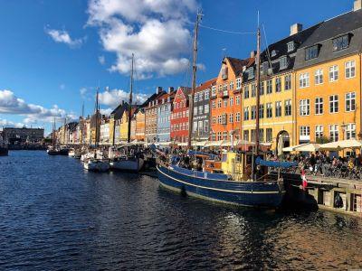 Nyhavn mit alten Segelbooten und den bunten Häuserfassaden