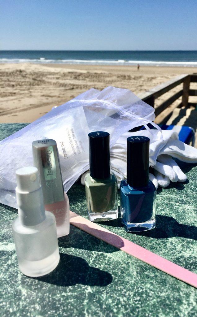 Das macht Ferienlaune: Nägel meerfarbig lackieren und dann ab auf den Flohmarkt.