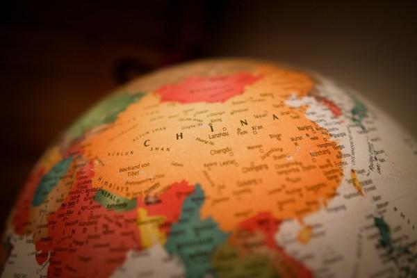 El poder blando puesto a prueba. China en un globo terráqueo brillante con fronteras políticas. Foto: Christian Lue (@christianlue). Blog Elcano