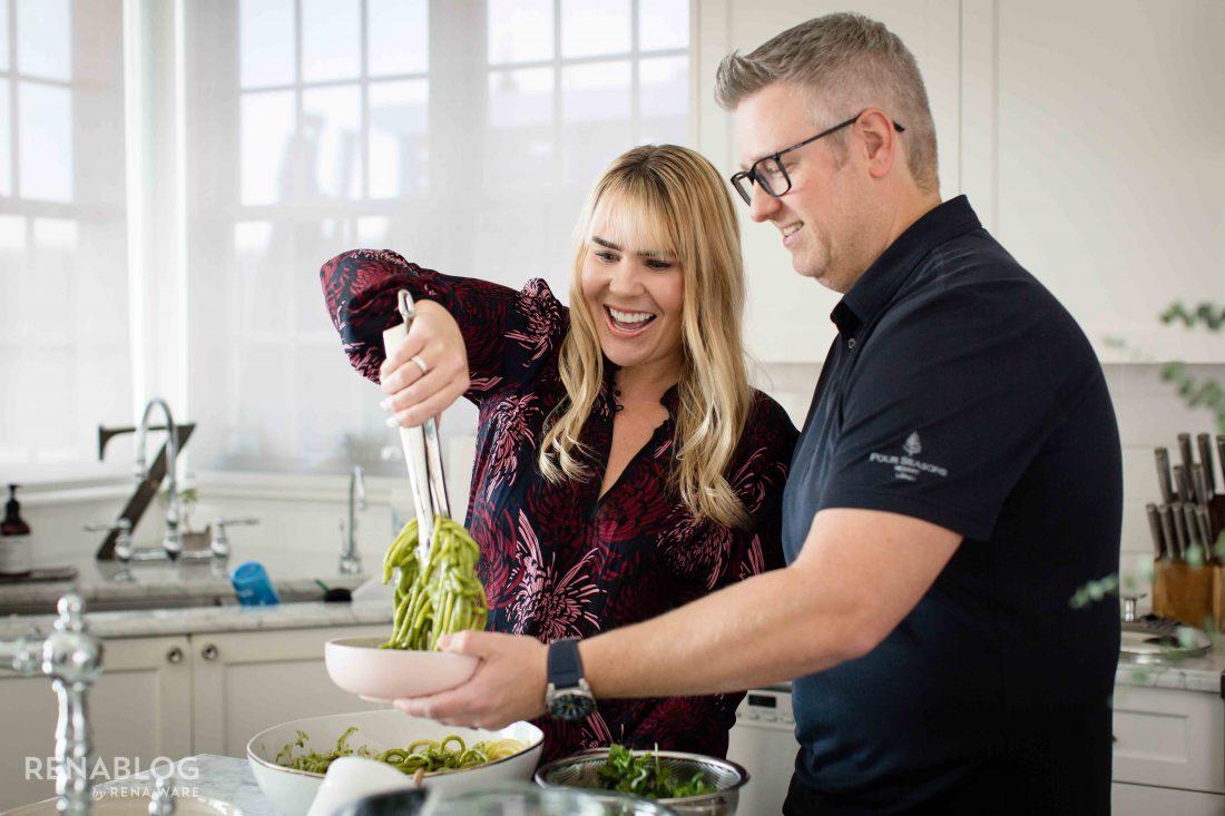 Ben y Christy cocinando pasta