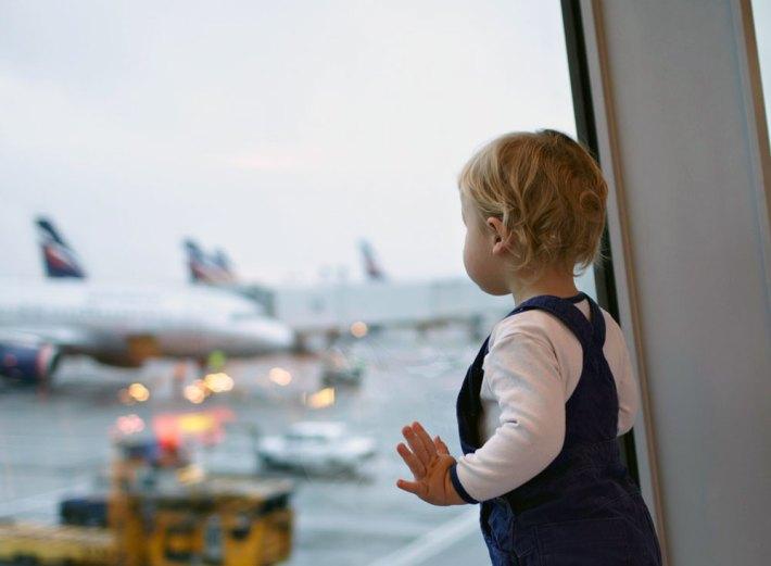 Repülés csecsemővel - a repülőtéren