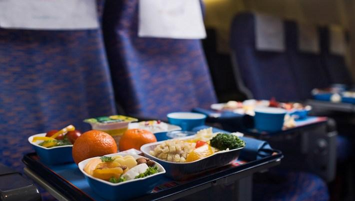 Hol készítik elő a repülőgépen felszolgált ételeket?