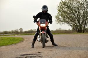 ybr 125 с мотоциклистом