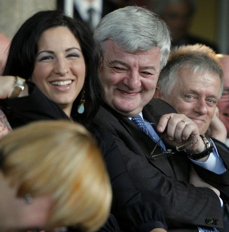 Joschka Fischer, Mitte, lacht am Dienstag, 22. April 2008, neben seiner Ehefrau Minu Barati, links, waehrend des Empfang anlaesslich seines 60. Geburtstags in Berlin.