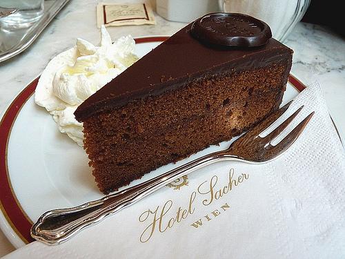 Торта Захер сервирана в едноименния хотел във Виена.