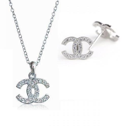 """Логото на """"Шанел"""" под формата на обеци и колие с камъни Swarovski"""