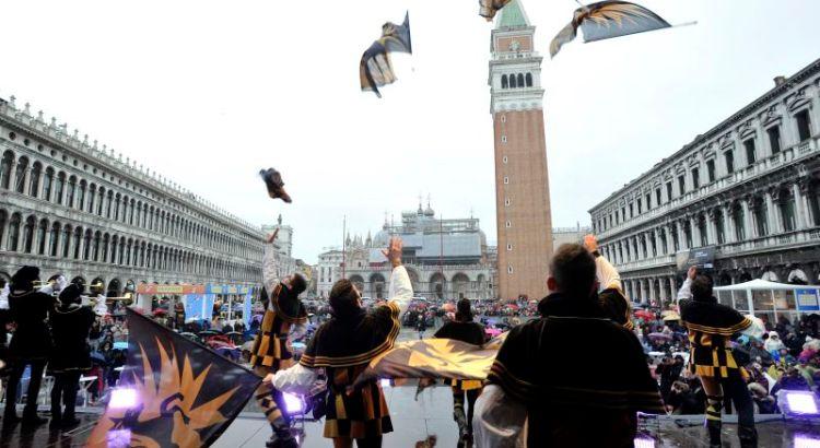 22.02.2014 Carnevale di Venezia: sbandieratori al Gran Teatro di San Marco. © Matteo Bertolin/Unionpress
