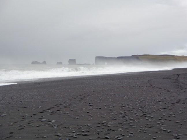 Мощта на Атлантическия океан при черните плажове Рейнисфяра