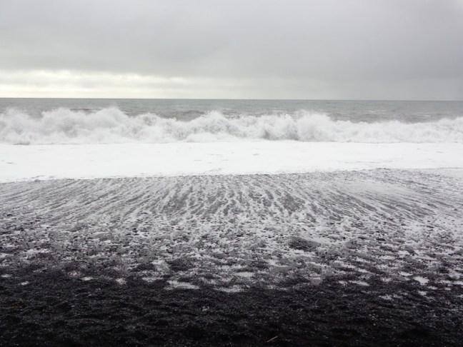 Брулени от вятъра на черния плаж Рейнисфяра