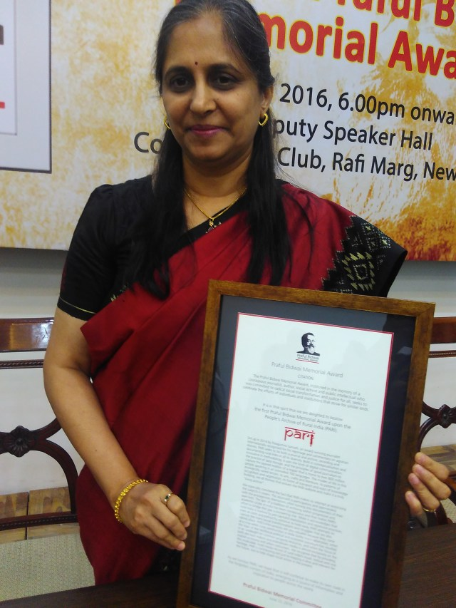 Managing Editor of PARI, Namita Waikar with Praful Bidwai memorial journalism award that PARI won