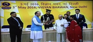 Keya Vaswani receiving Rajat Kamal from President Pranab Mukherjee at 63rd National Film Awards