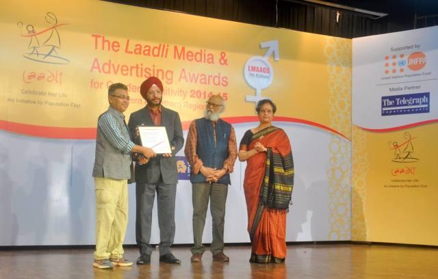 Purusottam Thakur receiving Laadli Media and Advertising Award (2014-15)