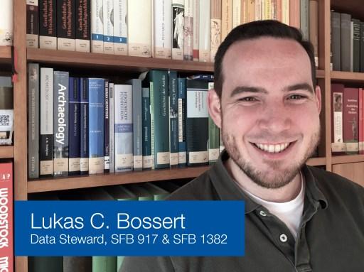 Lukas C. Bossert vor einem Bcherregal