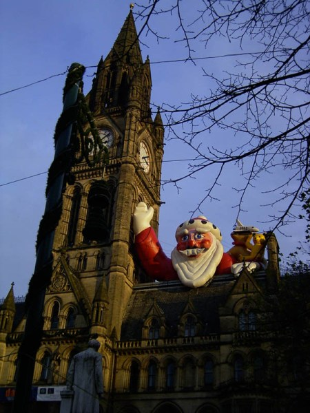 Manchester's town hall – if it looks remarkably like the parliament buildings in London, it's not a coincidence. Same architect and designed to look the same … ah, the British, known for their originality the world over ;-) . I also like the giant inflated Santa, really brings out that 'classic' look.
