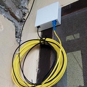 maaf saya nggak tau apa namanya, pokoknya ini yang dipasang di luar, kabel hitam adalah kabel dari jalur pusat myrepublic sementara kabel kuning adalah kabel yang nantinya masuk ke modem (dokpri menggunakan meizu m2 note)
