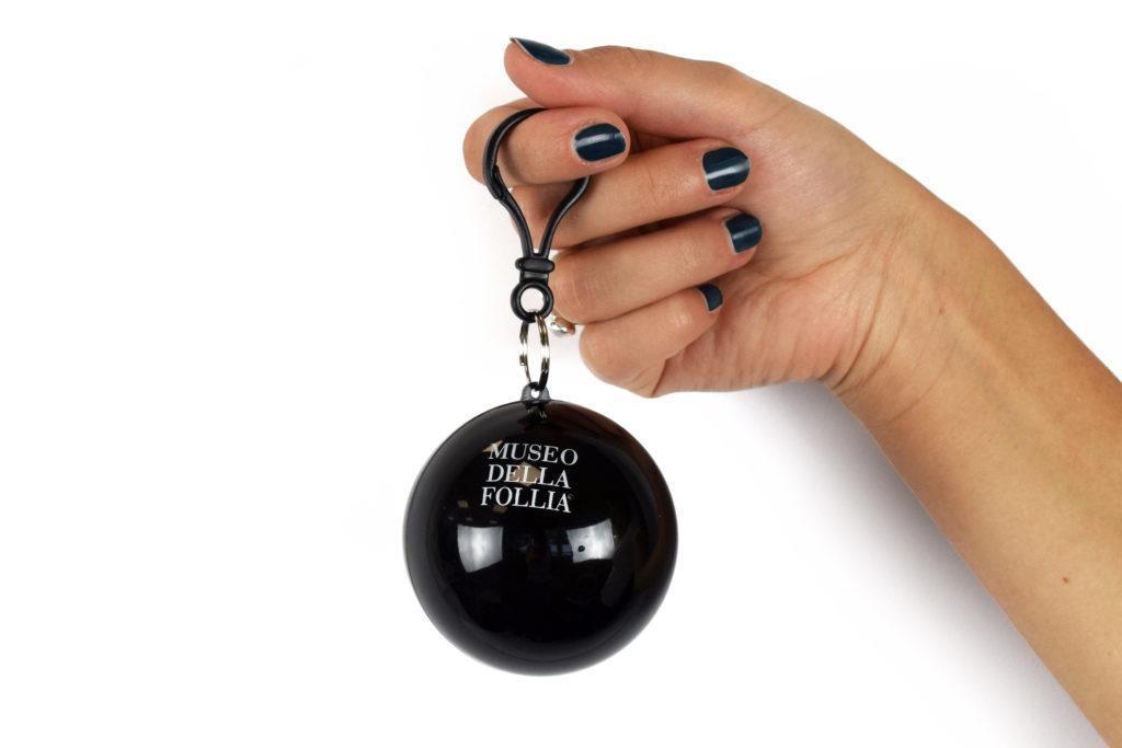 Impermeabile nella boccia - gadget del Museo della Follia