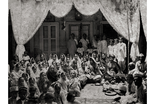 Group portrait in Marathi House, 1910. Image Credit: http://www.tasveerarts.com/group-shows/subjects-spaces/view-individual-images/?p=10