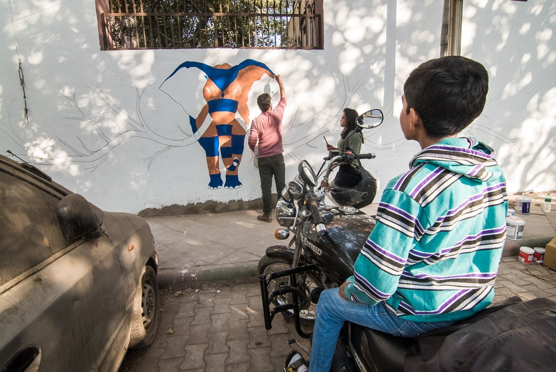 Gond artist Rakesh Memrot working on his mural at Lodhi Colony. Photo by Akshat Nauriyal
