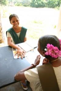 南インド 女学生の頭には毎日美しい花が挿されている。