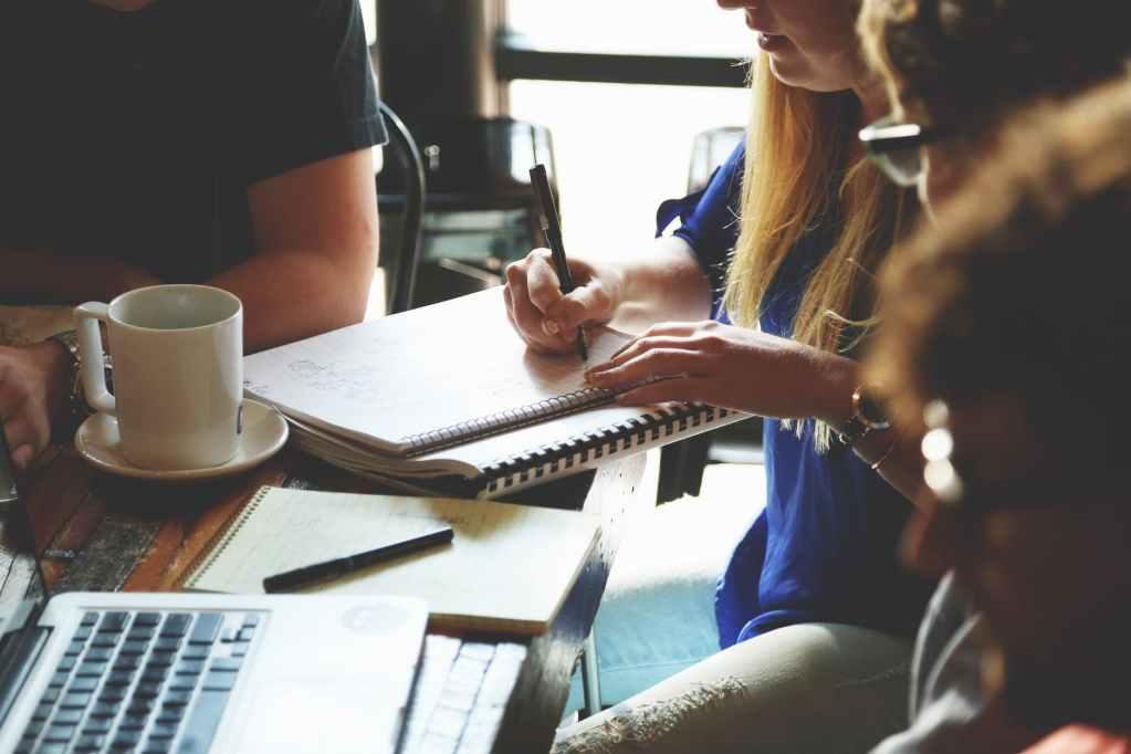 مجموعة من الأشخاص يكتبون سيرة ذاتية